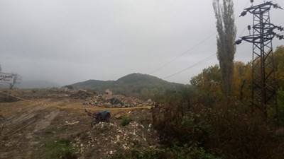 На това място ток е поразил 16-годишния младеж, събиращ арматура от нерегламентираното сметище край Кърджали.