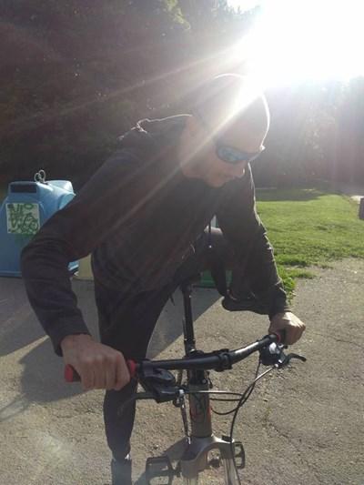Това е колоездачът, който блъснал момиченцето и избягал.