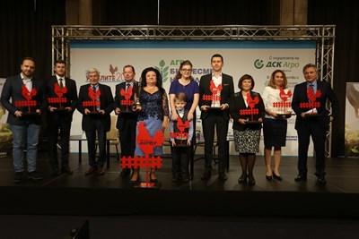 Носителят на приза за 2018 г. Светла Стоянова (в средата) и отличените в категориите фермери, учени и предприемачи.