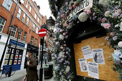 Някои заведения в Англия остават затворени заради коронавируса.