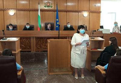 Председателят на Апелативния съд Магдалина Иванова връчи грамоти.