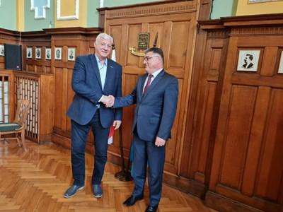 След посещението си в Граф Игнатиево военният министър Георги Панайотов се срещна с кмета на Пловдив Здравко Димитров.