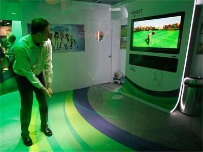 """Посетител на изложението за електроника в Лос Анджелис играе голф на конзолата """"Кинект"""". СНИМКА: РОЙТЕРС"""