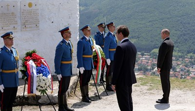 Радев и Вучич се покланят пред жертвите в братоубийствената война на Нешков връх.
