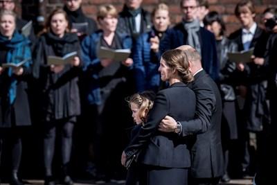 Андерс Холх Полвсен, съпругата му Ан и дъщеря им Астрид   СНИМКИ: Ройтерс