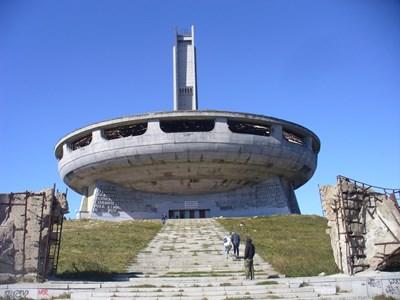 """Така изглежда днес подстъпът към  """"чинията"""" на връх Бузлуджа."""