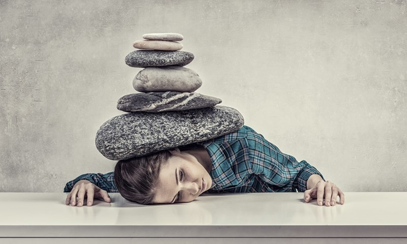 Депресираният човек се чувства като затиснат от камъни.  СНИМКА: ПИКСАБЕЙ