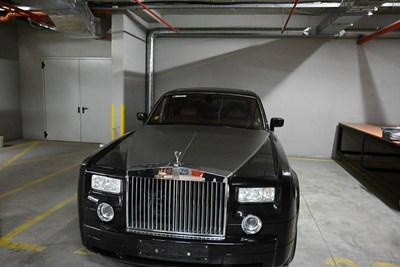 Ролс-ройсът на Арабаджиеви вече е на паркинг, където се държат и други запорирани коли.
