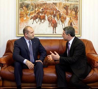 Президентът Росен Плевнелиев и новоизбраният държавен глава Румен Радев на първата си и единствена засега официална среща преди седмица. СНИМКА: Йордан Симeонов