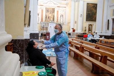 Лекар взема проба за тест за коронавирус в медицински център в Неапол, разположен в местна черква. СНИМКА: РОЙТЕРС