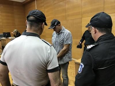 Георги Сапунджиев /в средата/ дойде днес в съдебната зала сам, без адвокат. СНИМКА: Ваньо Стоилов