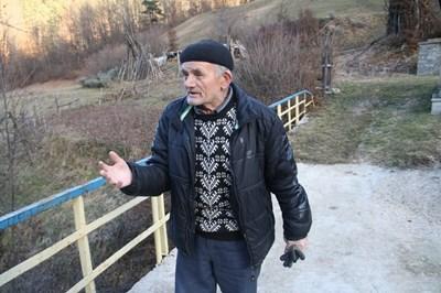 Юсеин Мадански на моста, който съгради сам.