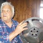 """Бай Петър, който на 6 август навършва 87 години, пази ревниво в дрешника на 300-годишната си къща в Жеравна 16-милиметрово копие на филма """"Калин Орелът"""". СНИМКИ: Ваньо Стоилов"""