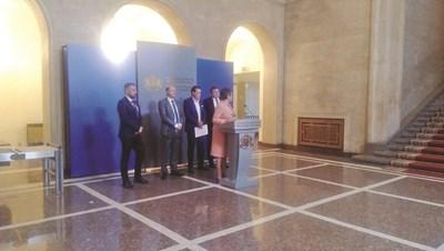 Министрите Даниела Везиева, Андрей Живков и Валери Белчев с председателя на КРИБ Кирил Домусчиев и зам.-председателя на конфедерацията Николай Вълканов обясниха какви мерки ще се вземат, за да се помогне на бизнеса.
