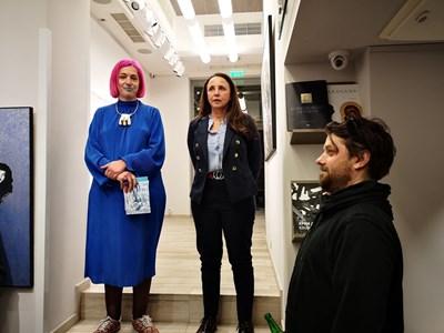 Културният антрополог Ралица Константинова представи изложбата на Беловски. До нея вдясно е галеристката Лили Владимирова, долу - художникът.  СНИМКА: АРХИВ НА ГАЛЕРИЯТА