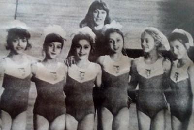 Златка Бончева и нейните шампионки: (от ляво на дясно) Камелия Игнатова, Галя Рангелова, Лили Игнатова, Анелия Раленкова, Тереза Карнич и Илиана Раева.