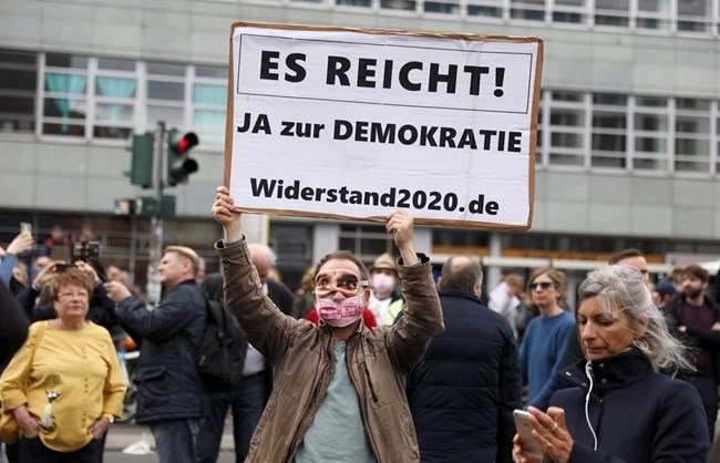 Протест в Берлин срещу ограничителните мерки: Искаме си живота обратно