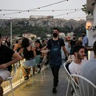 Келнер с маска сервира в бар в Атина.  СНИМКИ: РОЙТЕРС