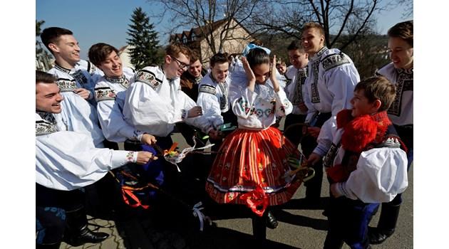 Бой с  камшик по жените, агнета от масло и стрелба по зайци - странни обичаи за Великден