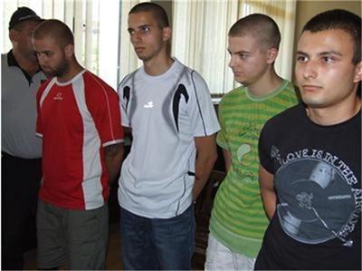 """Четиримата младежи, обвинени за взрива пред """"Евророма"""" в Сандански остават в ареста."""