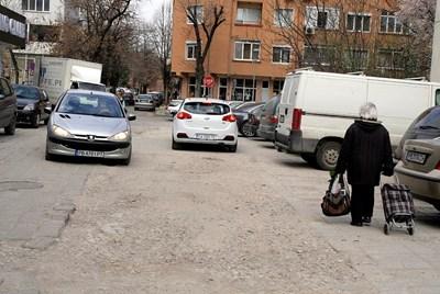 """Ето как изглежда ул. """"Борис Шивачев"""", а се ползва от хиляди пловдивчани. Снимки: Наташа Манева"""