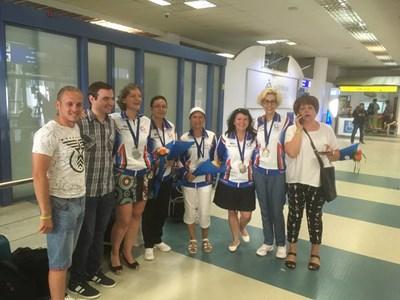 Българският отбор бе посрещнат с цветя и овации на летището в София, след участието си в Рим. СНИМКА: Личен архив