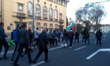 Протестът в Бургас слезе от колелата, над 200 в пешеходно шествие (Снимки)