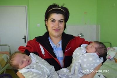Щастливата майка Петя с близнаците.