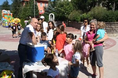 Минчо Хаджиев си е поискал разрешително от общината да протестира, за да успее да раздаде домашния сладолед. СНИМКА: Валентин Хаджиев