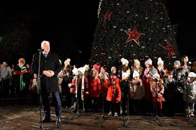 Кметът Здравко Димитров приветства децата пред елхата.