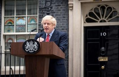 Борис Джонсън говори пред Даунинг стрийт 10, след като се върна на работа, излекуван от коронавируса. СНИМКА: РОЙТЕРС