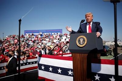 Доналд Тръмп на митинга вчера Снимка: Ройтерс