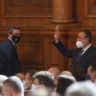 Тома Биков и Александър  Ненков от ГЕРБ в разговор с червените Явор Божанков, Иван Иванов и Иван Ченчев в пленарната зала.
