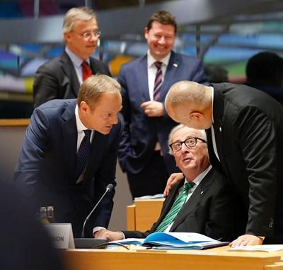 Българският премиер прегръща Жан-Клод Юнкер, докато тримата с Доналд Туск (вляво) обсъждат заседанието на Европейския съвет. СНИМКА: Фейсбук