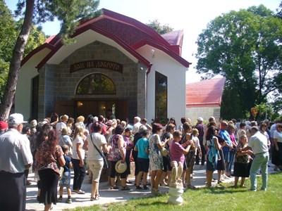 Първите гости в Дома на доброто днес бяха стотици, те дойдоха от цялата страна. СНИМКА: Ваньо Стоилов