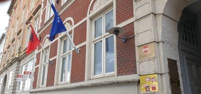 Сградата на консулството е била облепена със стикери със сръбски националистически символи СНИМКА: туитър/pacollibehgjet