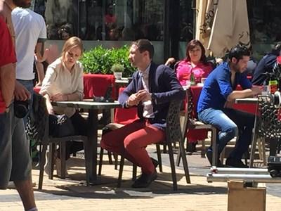 Актьорите работят по новия сезон на сериала в центъра на София.  СНИМКА: АВТОРЪТ