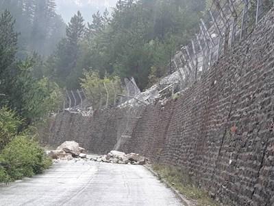 """Срутището на няколко пъти се активизира това лято и затваря пътя за село Забърдо, в което живеят около 500 души и за феномена """"Чудните мостове"""", посещаван от стотици туристи.  СНИМКА: Авторът"""