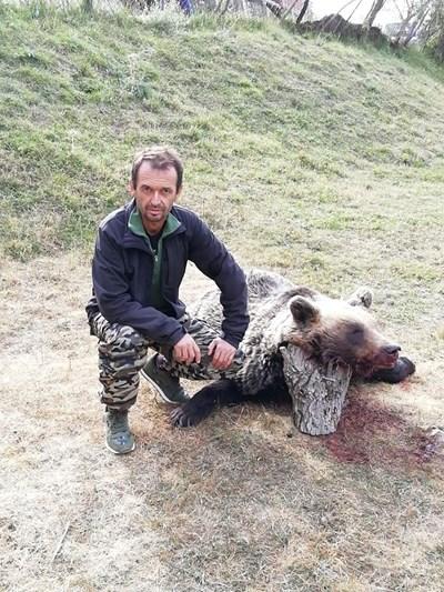 Снимката  на Радослав  с убитата  мечка  СНИМКА:  ФЕЙСБУК