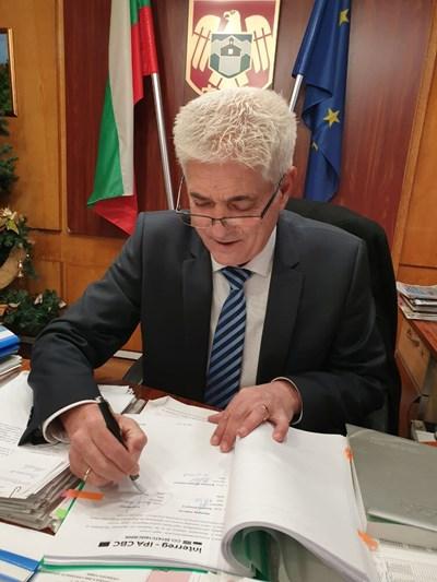Кметът на Дупница инж. Методи Чимев подписа договора.