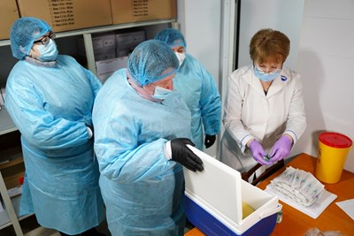 """Медици разопаковат ваксини на """"АстраЗенека"""" в Украйна."""
