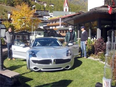 Американската звезда Боде Милър (вторият отдясно) разглежда автомобила с цена 120 000 евро. СНИМКИ: АВТОРЪТ