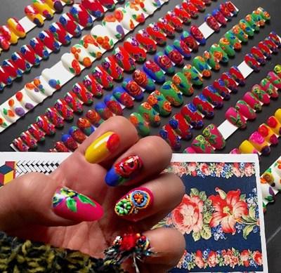 Маникюристката  рисува по ноктите на Ким Кардашиян. СНИМКИ: Инстаграм