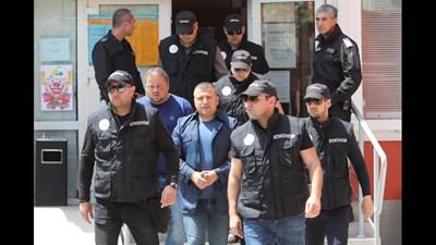 Полицаи извеждат Георги Димов от кметството.  СНИМКА: НОВА ТВ
