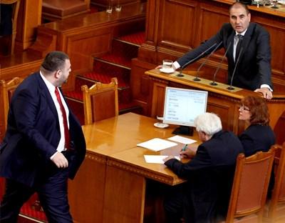 Депутатът от ДПС Делян Пеевски и ексшефът на депутатите от ГЕРБ Цветан Цвенов в парламента.