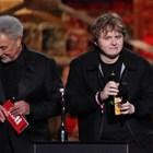Том Джоунс връчи наградата на Луис Капалди за песен на годината СНИМКИ: РОЙТЕРС