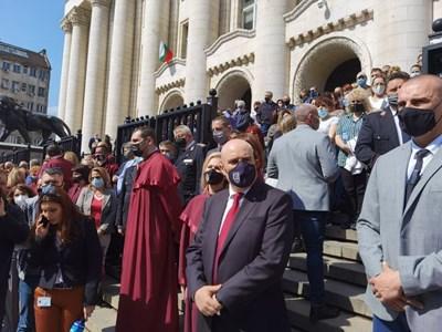 Единният мълчалив протест е пред сградата на Съдебната палата, там е и главният прокурор Иван Гешев СНИМКА: Йордан Симеонов