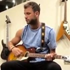 Гришо се учи да свири на китара