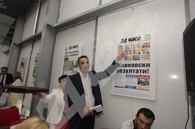 """Кметът на Бургас Димитър Николов пред първата страница на """"24 часа"""", която показва резултатите от последните избори. В център """"Флора"""" са изложени 25 култови първи страници на вестника, посветени на 25-ата му годишнина. СНИМКА: 24 часа"""