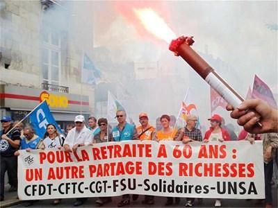 Цяла Франция масово скочи в защита на правото за пенсиониране на 60 г., но това не спря президента Саркози да прокара закона, който ще ги кара да работят поне до 62.  СНИМКА: РОЙТЕРС